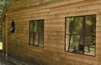 Staal-gietijzeren-ijzer raam voor in houten bijgebouw