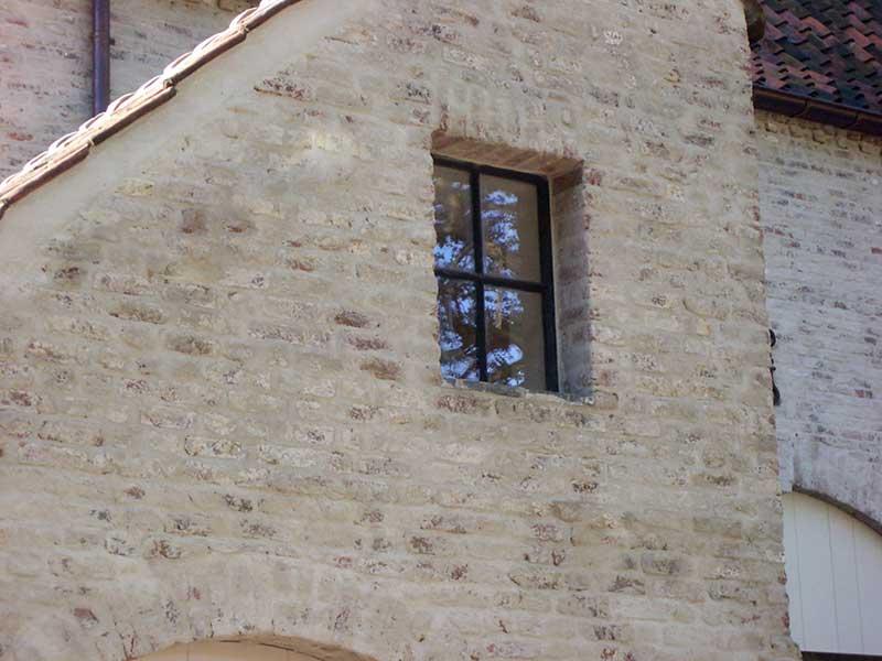 kruisverdeling- stenen muur- authentiek stalen raam